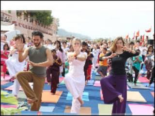 योग शिविर में भाग लेते विदेशी