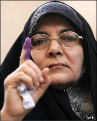 Женщина с пальцем, испачканным выборными чернилами