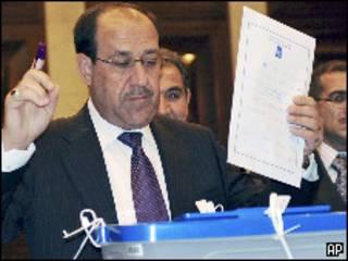 Nouri al Maliki vota nas eleições iraquianas