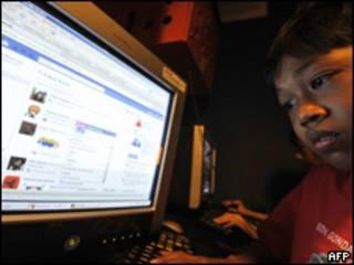 Niño en Indonesia mirando internet
