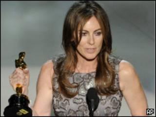 Kathryn Bigelow recebe seu Oscar
