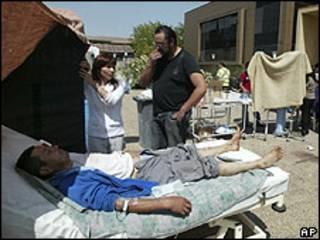 Paciente atendido al aire libre tras terremoto en Chile.