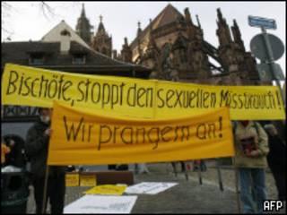 """Участники митинга с плакатом """"Епископы, прекратите сексуальные домогательства"""""""