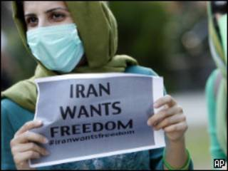 Manifestante con un letrero por la libertad