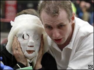 Врач с женщиной, пострадавшей во время взрыва в 2005 году