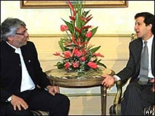 El presidente de Paraguay Fernando Lugo, a la izquierda, escucha al canciller de Colombia.
