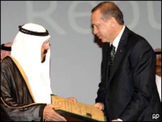 رجب طيب إردوعان يتسلم الجائزة من العاهل السعودي