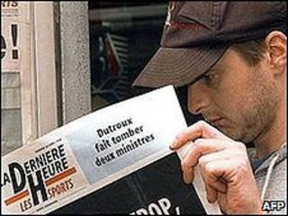 Un lector viendo el diario.