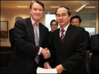 Hai ông Nguyễn Thiện Nhân và Peter Mandelson trong lễ ký tuyên bố chung