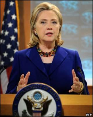 Хиллари Клинтон дает брифинг на презентации доклада