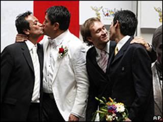 Homosexuales casándose