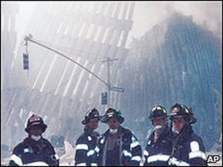 Bomberos de NY tras el atentado del 11-S.