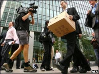 Empleados de Lehman Brothers dejan la oficina de Londres tras el colapso del banco de inversión en 2008