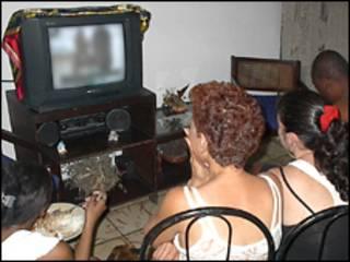 टीवी देखते लोग