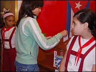 Una joven depositando su voto (Foto Raquel Perez).