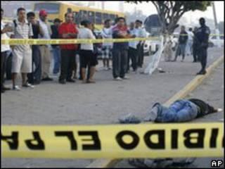 Cadáveres en la vía pública en Acapulco.