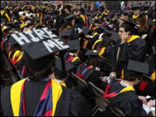 大学生为了取得工作经验只好选择没有薪金的实习工作