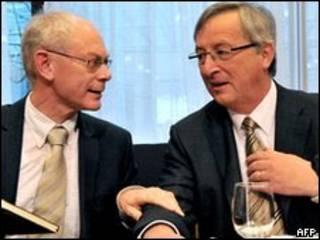 El presidente de la UE, Herman Van Rompuy (iz.) y el primer ministro de Luxemburgo, Jean-Claude Juncker