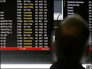 Un panel sobre el estado de los vuelos en un aeropuerto. Archivo