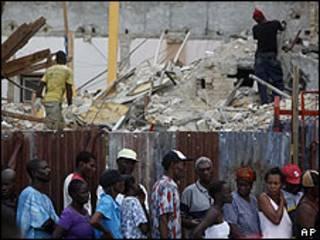 Supervivientes del terremoto en Haití esperan para recibir comida en Puerto Príncipe