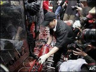 Manifestantes en Tailandia derraman sangre frente a la residencia del primer ministro.