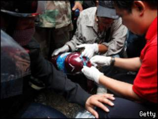 демонстранты разливают кровь по пакетам