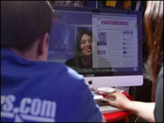 شباب يستخدمون الانترنت