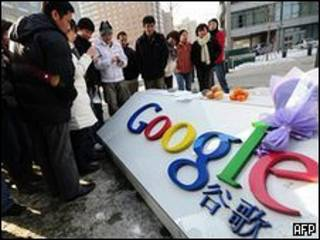 Người dân Trung Quốc trước logo Google tại nước này