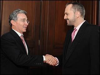 Miguel Bosé con el presidente Álvaro Uribe en Colombia. Crédito: Presidencia de Colombia