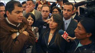 Rafael Correa, presidente de Ecuador, responde a medios de comunicación