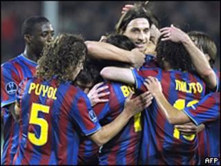 """Игроки """"Барселоны"""" празднуют забитый гол в матче со """"Штутгартом"""""""