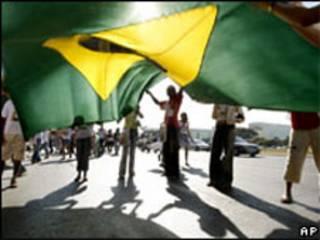 Pessoas sustentam bandeira brasileira (AP)