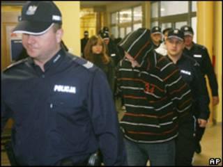 La policía escolta a uno de los sentenciados