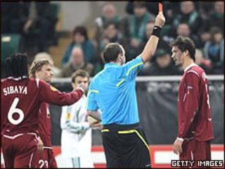"""Защитник """"Рубина"""" Сесар Навас получает красную карточку от рефери в ходе матча с """"Вольфсбургом"""""""