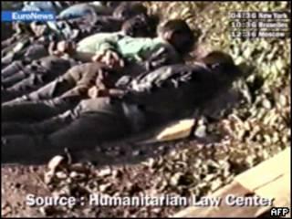 Imagens de TV mostram adolescentes mortos em Srebrenica em 95