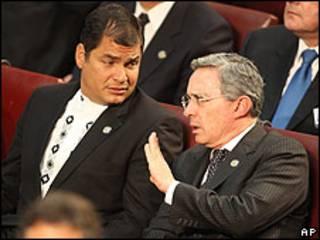 Rafael Correa y Álvaro Uribe, presidentes de Ecuador y Colombia, durante la toma de posesión de Sebastián Piñera en Chile. Archivo