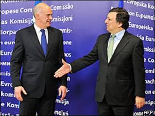 El presidente de la Comisión Europea, José Manuel Barroso, tiende su mano al primer ministro de Grecia, George Papandreou