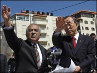 El primer ministro palestino, Salam Fayyad, junto al secretario general de ONU, Ban Ki-moon, en la ciudad cisjordana de Ramala