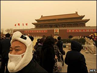 Habitantes de Pekín durante tormenta de arena