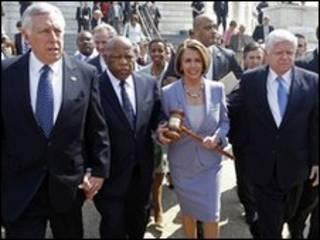نانسی پلوسی و استنی هویر مقام های ارشد دموکرات در مجلس نمایندگان