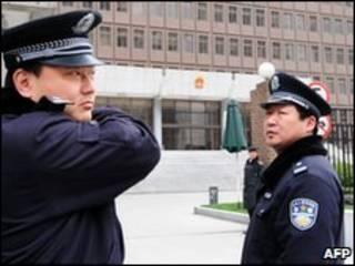 Cảnh sát trước phiên tòa