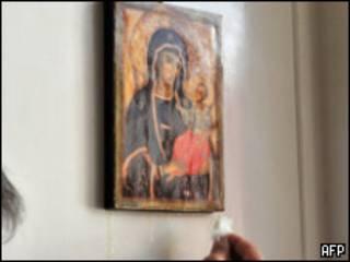 Imagem da Virgem que chora lágrimas de óleo