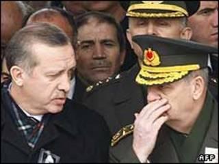 رجب طیب اردوغان، نخست وزیر ترکیه به همراه ژنرال ایلکر باش بوغ، رئیس ستاد مشترک ارتش این کشور