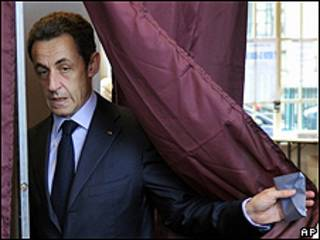 Nicolas Sarkozy votando este domingo