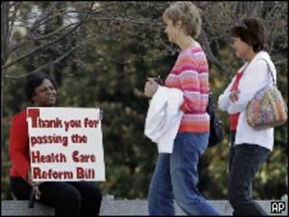 Americana segura cartaz agradecendo pela reforma na Saúde