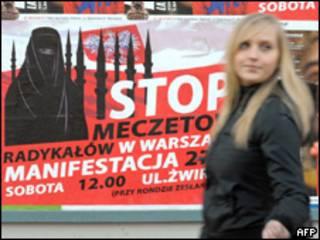 Afiches en Varsovia anuncian protesta contra la construcción de mezquita