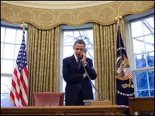 Foto divulgada pela Casa Branca mostra Obama ao telefone com Medvedev para discutir o acordo