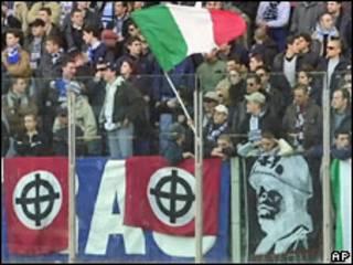 """Болельщики """"Лацио"""" с флагами с кельтским крестом и портретом Муссолини (фото 2000 г.)"""