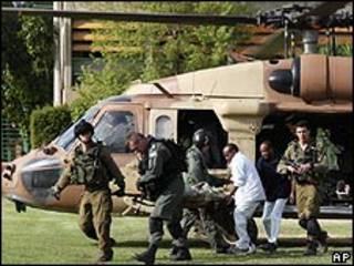 Médicos del ejército israelí retiran un soldado herido.