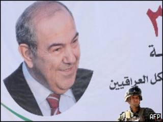 Военный рядом с плакатом с изображением Аллауи